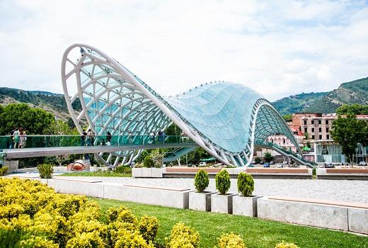 Скляний міст через річку Кура